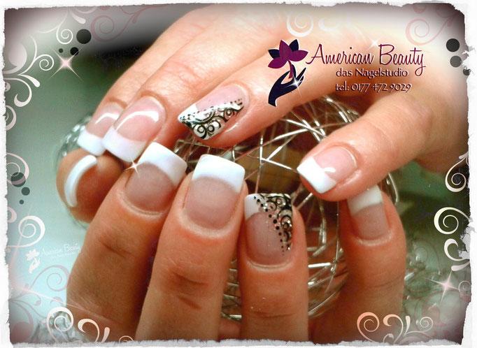 'French mit Elegante Shimmer' - Acryl Nägel mit Stamping Technik