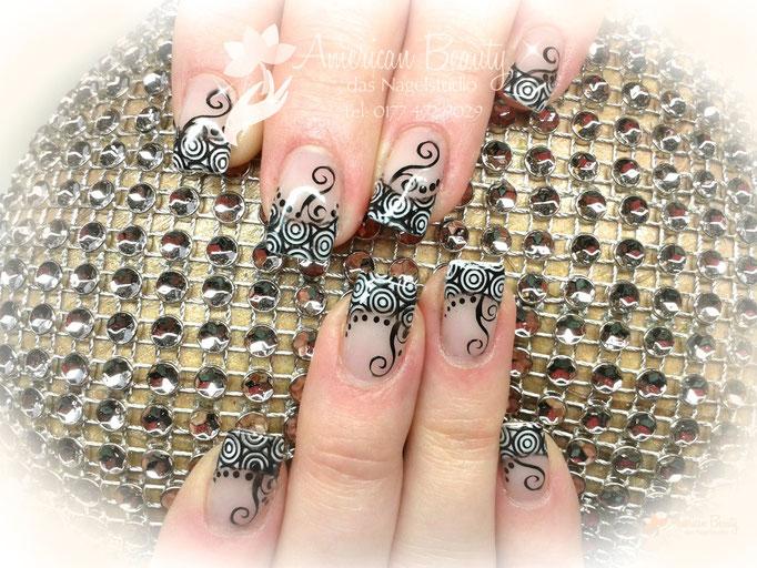 'Schwarz & Weiß' - Gel Nägel mit Stamping Technik