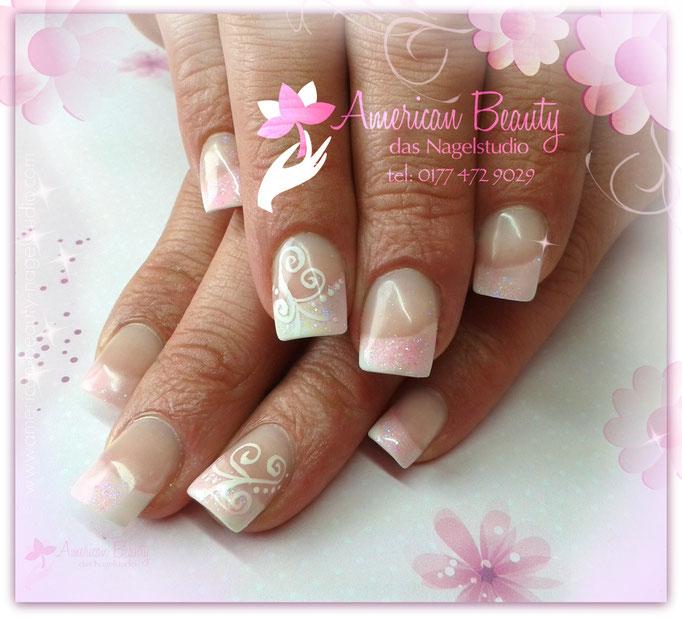 Acryl Nägel: Soft Pink & Weiß mit kleiner Malerei
