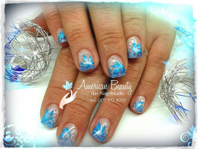 'Bunte Blätter in Blau' - Gel Nägel mit Airbrush Design
