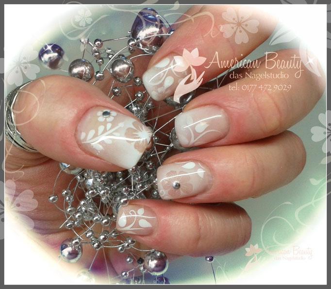 Gel Nägel mit Weißer Airbrush Design