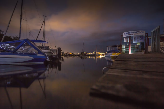 Müritzer Bootsverleih bei Nacht.