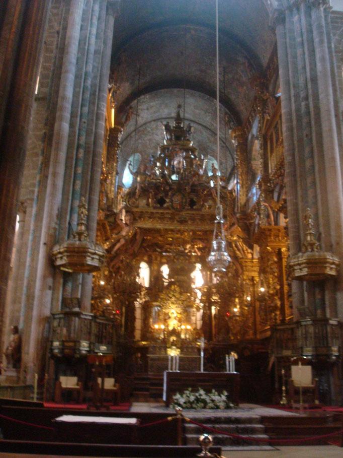 la nef principale avec son énorme encensoir , balancés à la fin des offices , impressionnant !