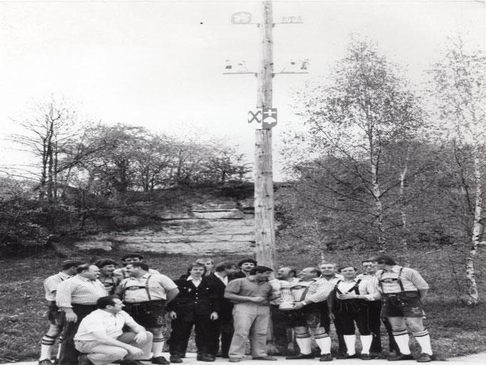 1984: der erste Maibaum mit Zunftzeichen
