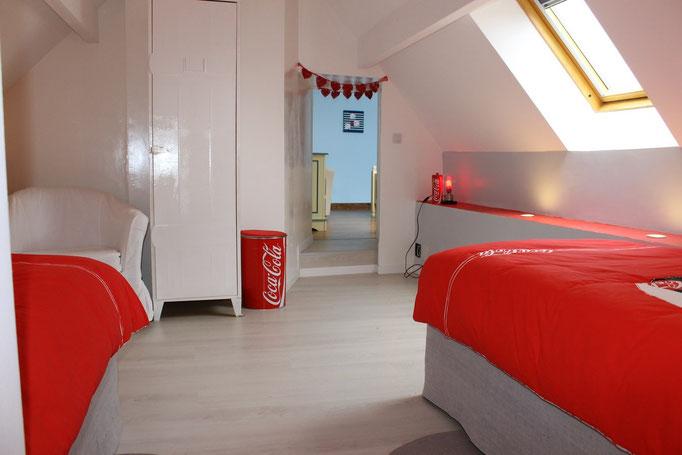 2 lits de 90/200 armoire, parquet au sol.