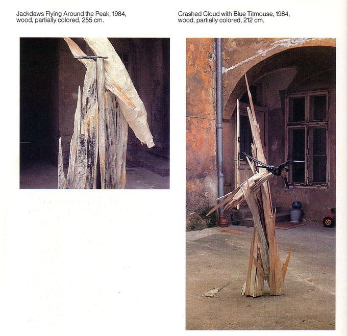 Josef Taucher, Um den Gipfel fliegende Dohlen, 1984, H 255 cm (li); Abgestürzte Wolke mit Kohlmeise, 1984, H 212 cm (re). Beide: Holz, koloriert © Josef Taucher