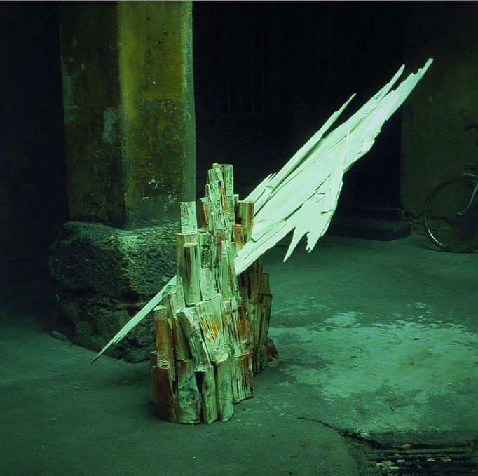 Abb. 2: Josef Taucher, Gipfelwolke mit Berg, 1983, Holz, bemalt, 150 x 200 cm © Josef Taucher