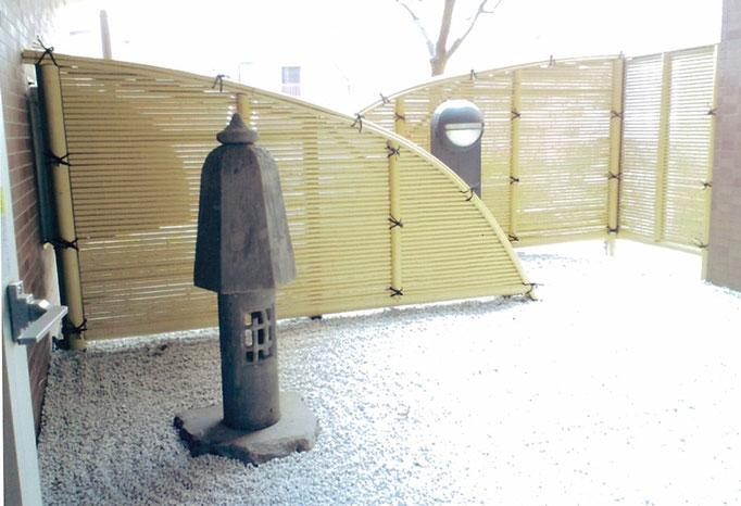 こけし形燈籠防草シート、砂利敷き 青竹オブジェ 光悦垣塩ビ竹