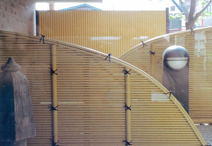光悦垣塩ビ竹 奥のパネルは追加の目隠しです