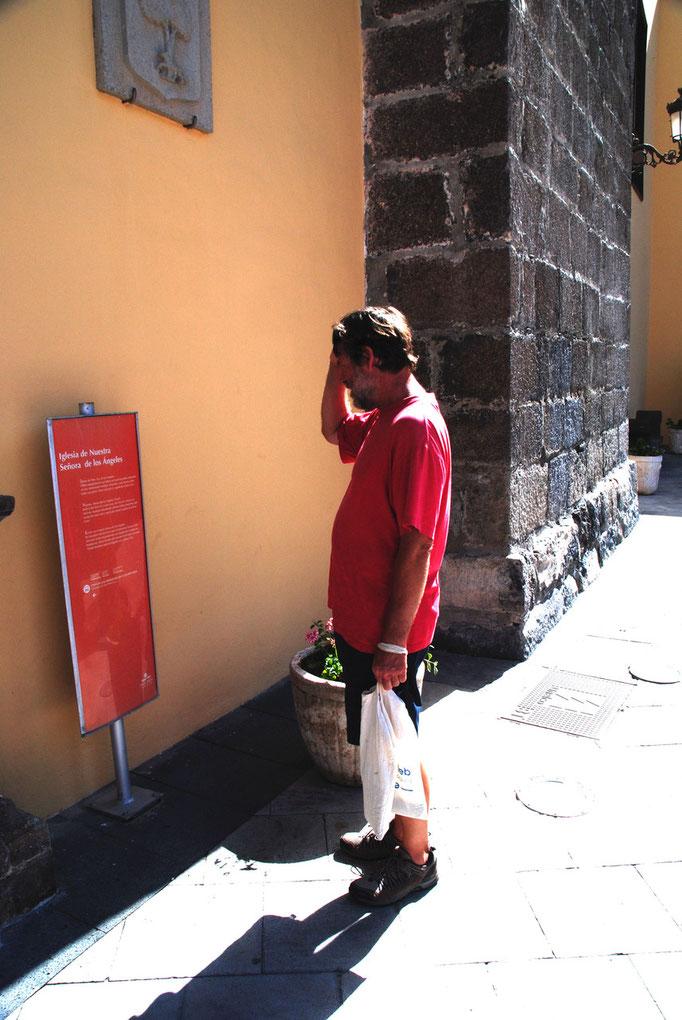Wolfgang bei seiner Lieblingsbeschäftigung: Schilder lesen