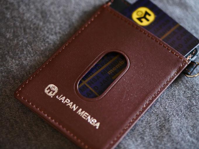 ジャパンメンサグッズ。JAPAN MENSA の本革製パスケース。MENSA会員証を入れてみた。メンサカードが映える。