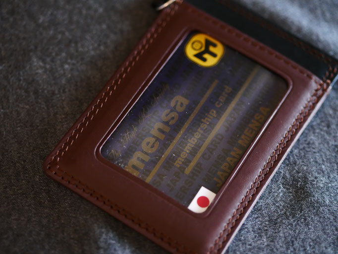 ジャパンメンサグッズ。JAPAN MENSA の本革製パスケース。メンサ会員証を入れてみた。MENSAカードが映える。