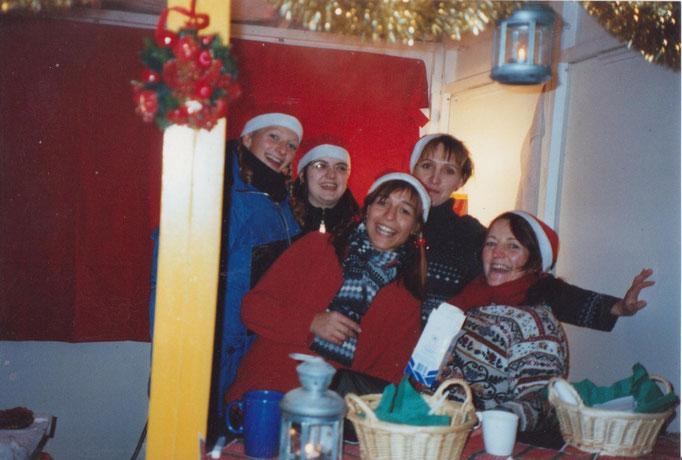 Weihnachtsfrauen am Waffelstand.