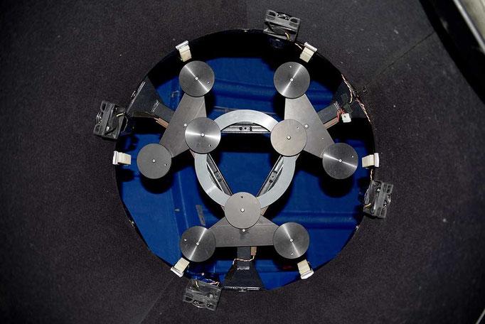Primærspeilcelle med ni flyteputer, sett fra innsiden av speilburet. ASA formet størrelsen og geometrien av flyteputene for at de skulle passe ribbe-geometrien av det 62 cm Dream Cellular speilet.
