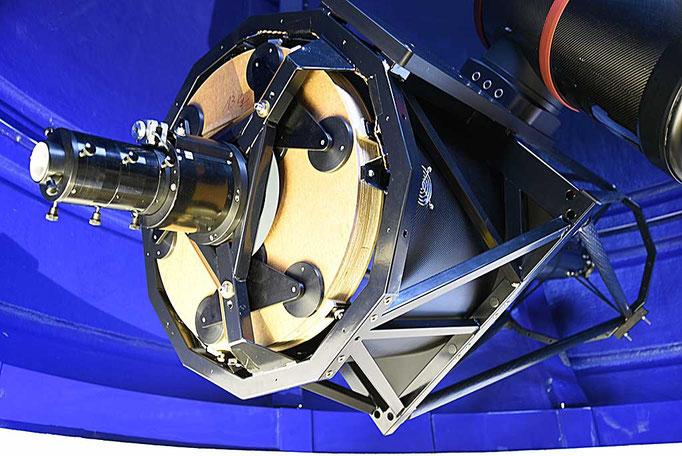"""Primærspeilburet og celle med fire-tommers fokusanlegg og """"baffle"""" tubus (ikke synlig)."""