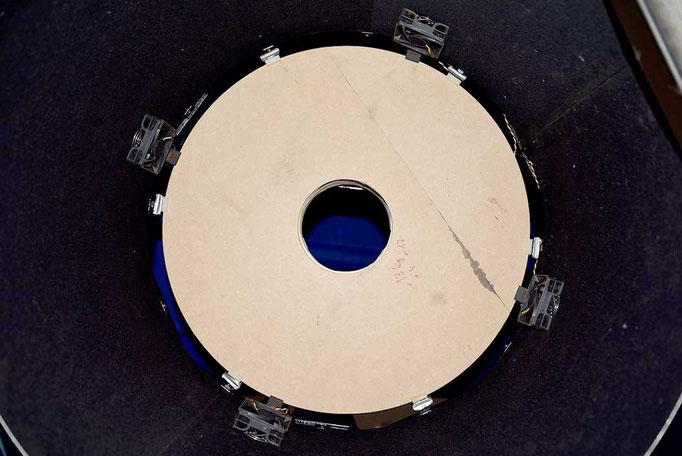 Tremodell av primærspeilet på plass. Legg merke til de seks laterale trykkputer.