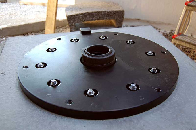 The base plate is 50 cm in diameter, 38 kg, and is fastened to the footing with ten M12 bolts.