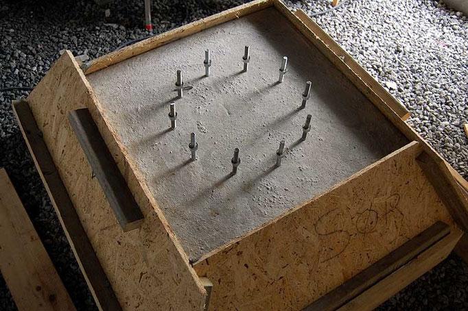Lokket fjernes etter betongen er stivnet.