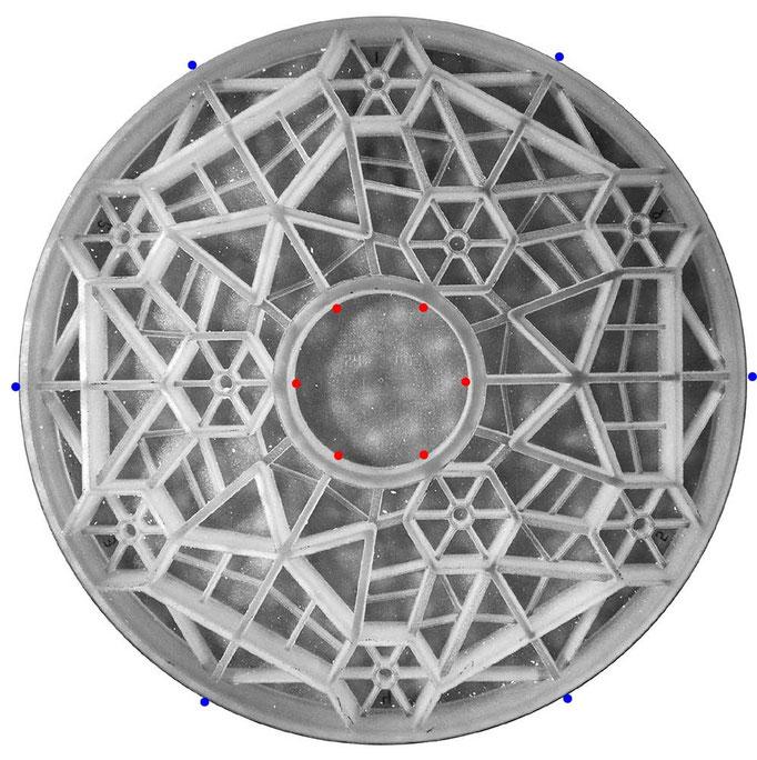 Dream Cellular 620 mm speilemne. Merk tre grupper av heksagonale celler for flyteputer. Lateralstøtte av speilet kan enten være ved tyngdesentrumsnivå langs ytre randen (blå prikker) eller langs den indre kant (røde prikker).