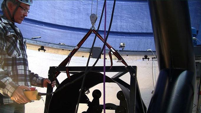 Travers kranen utfører sitt siste oppdrag: å heise primærspeilburet på plass.