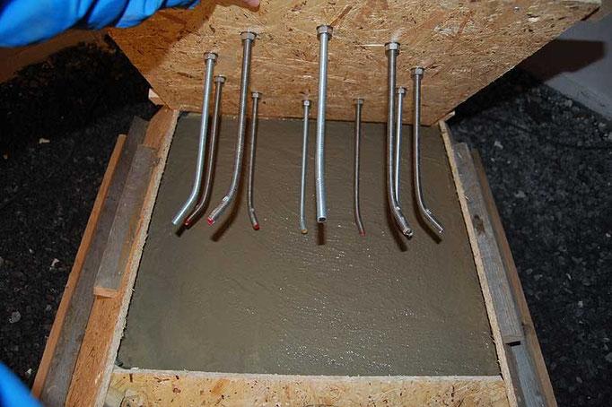 M12 gjengestavene er klare til å støpes på plass. Forskallingen er fylt med 350 liter betong.