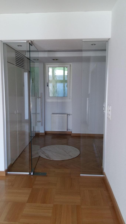 Ganzglastüranlage, Tür mit Seitenteil aus Glas und Bodenschließer