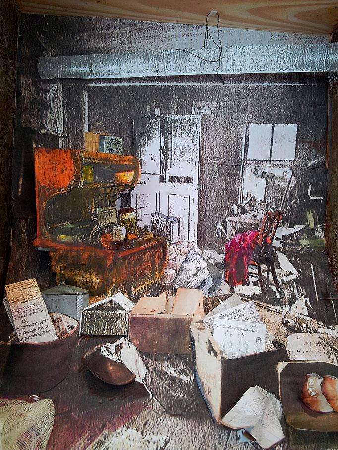 MOORD IN KANSAS 1930, aquarelverf, medium, acrylstiften en oude bewerkte foto's in een houten kist ca. 20 bij 20 cm.