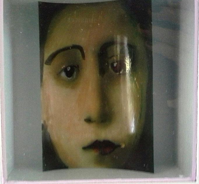 MEISJESGEZICHT, met stiften op alcoholbasis getekend- op fotopapier ca.  15 bij 10 cm.