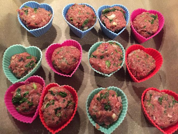 Herzhafte Hack Muffins mit getrockneten Tomaten und Kaese