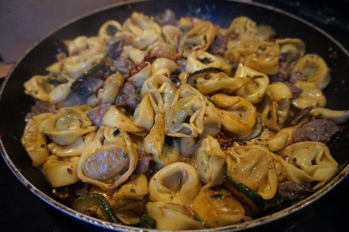 Rezept Sesam Tortellini mit Zucchini und getrockneten Tomate