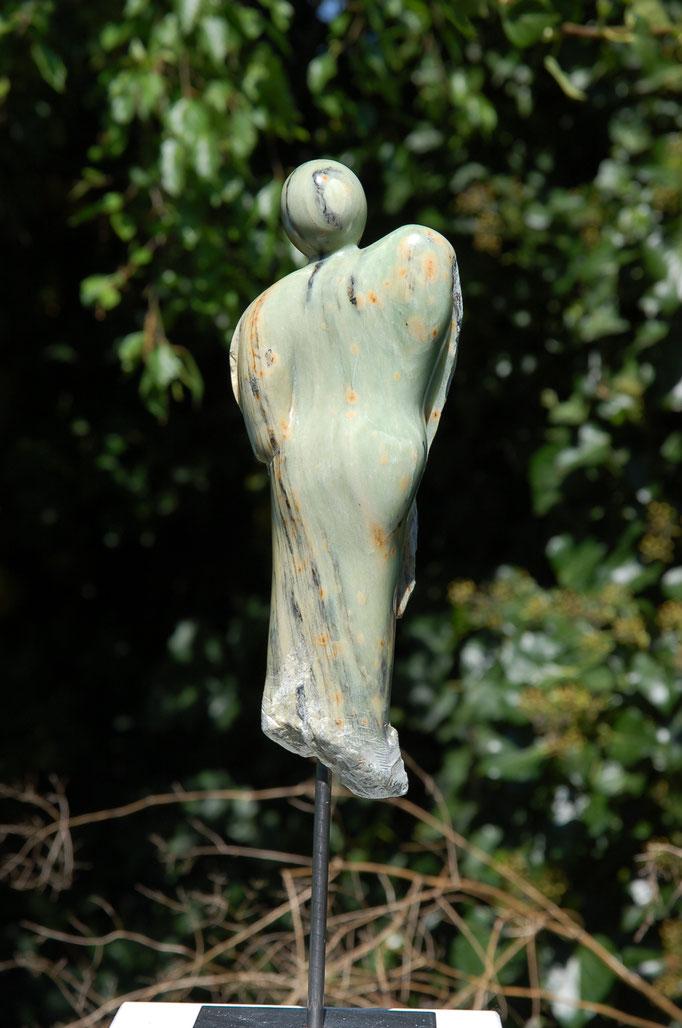 Schüchterner Engel, Alabaster, 2016. Höhe (mit Skulpturensockel): 44cm, Tiefe 8,5 cm, Breite 14 cm.