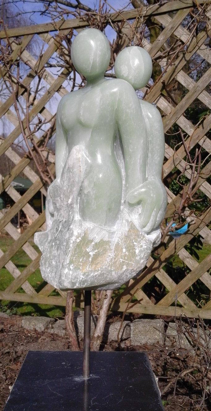 Paar 2, Alabaster, 2017. Größe (ca.): Höhe (mit Skulpurensockel aus Stahl): 54cm, Tiefe: 13,5 cm, Breite: 12,5 cm.