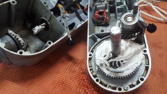 Getriebe gereinigt und frisch mit Spezialfett geschmiert