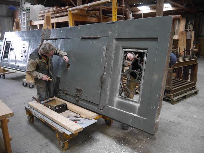 Dépose des éléments de ferronnerie de la porte cochère
