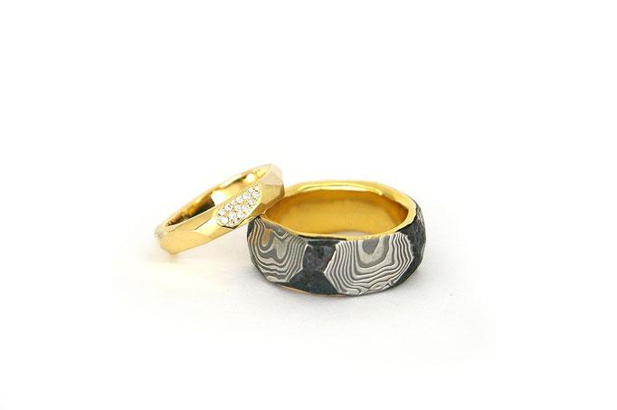 Damaststahl Ring mit einer 750/ooo Gelbgold Zarge. 750/ooo Gelbgold Ring mit ausgefasster Fläche in Pave. In Zusammenarbeit mit Martin Steinhorst