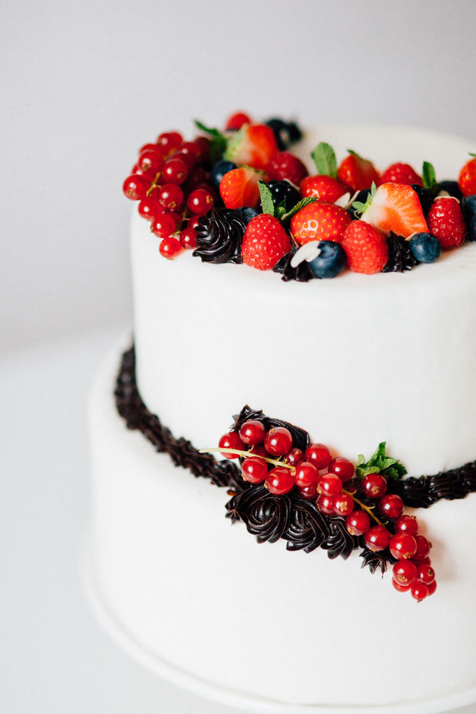 Taarttoppers - Summerfruit and Chocolate Cake | Fotografie: You Are Beloved | Styling: Annamarieke van Groningen (wearegolden.nl)