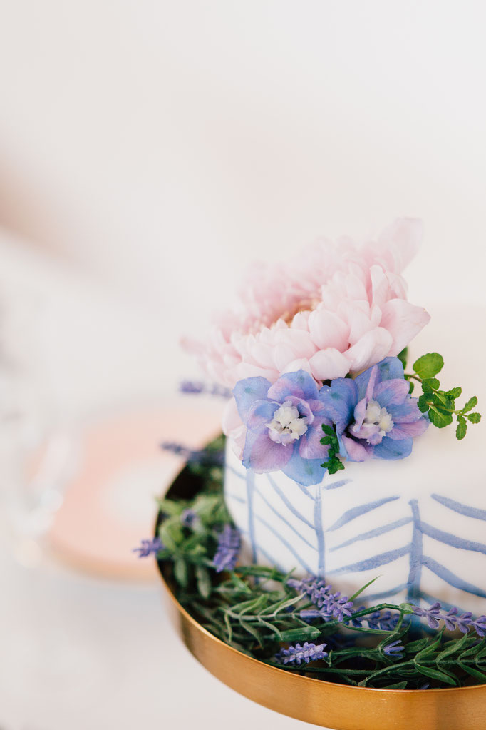 Pantone Wedding - Flower Cake | Fotografie: You Are Beloved | Styling: Annamarieke van Groningen (wearegolden.nl)