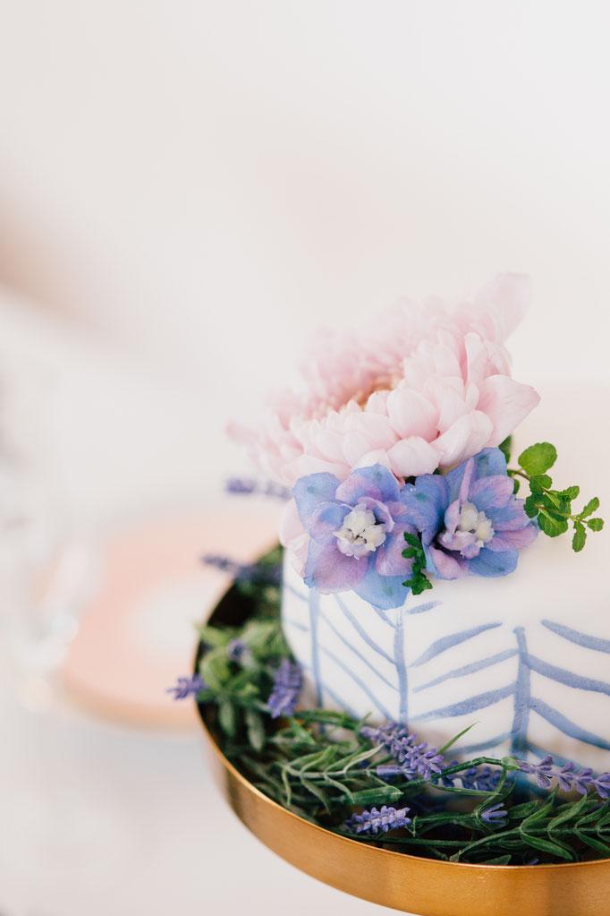 Pantone Wedding - Flower Cake | Fotografie: You Are Beloved | Styling: Annamarieke van Groningen (wearegolden.nl)
