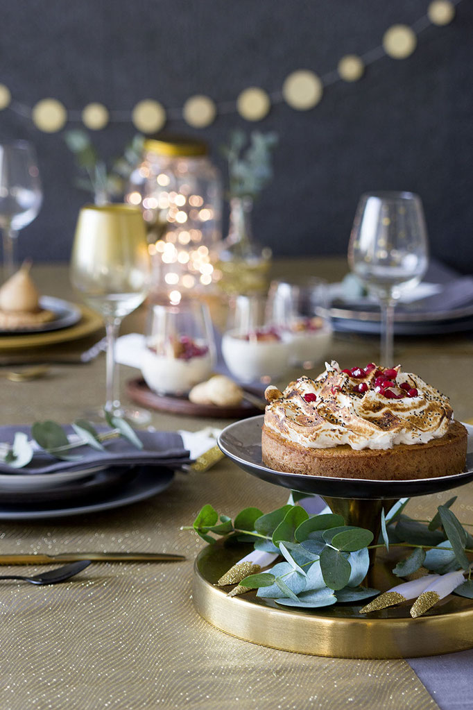 Sweet Christmas - Citroen-Maanzaadcake met Meringue    Fotografie: Carola Doornbos   Styling: Annamarieke van Groningen (wearegolden.nl)