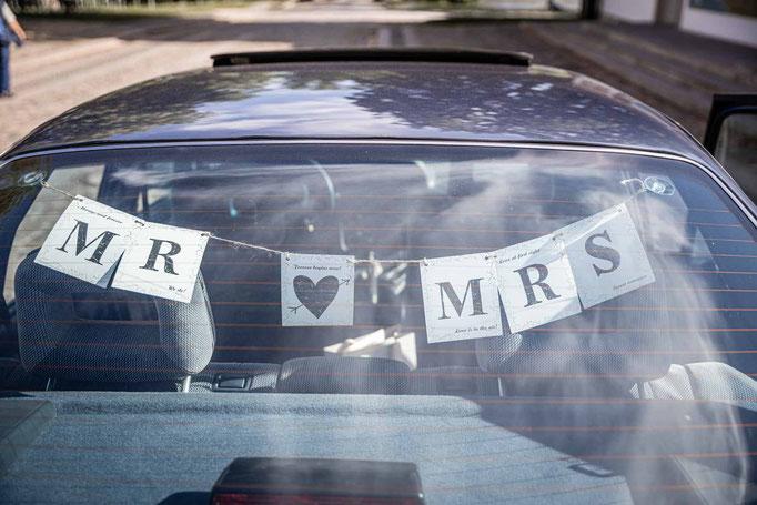 Hochzeitsauto mr. and mrs.