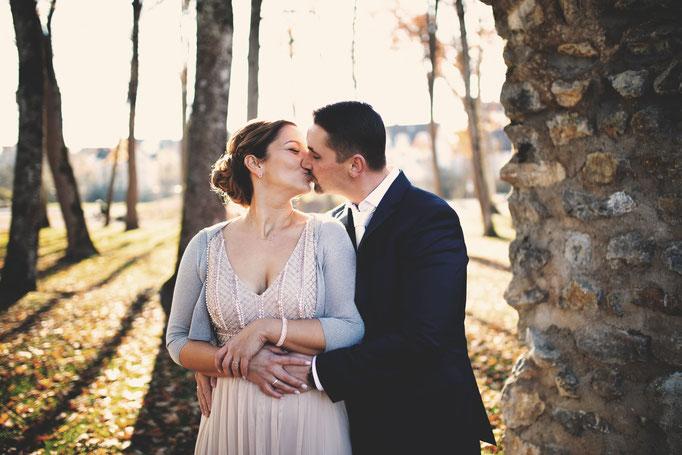 Küssendes Paar beim Brautpaar Shooting nach der Standesamtlichen Trauung in Gaildorf bei Schwäbisch Hall