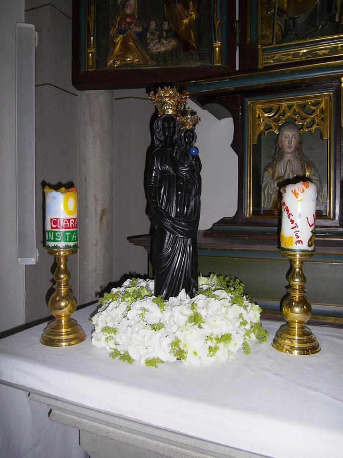 Rundgesteckter Kranz zur Kirchendekoration