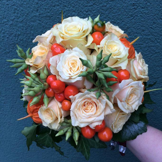 Herbstlicher Brautstrauß mit Zierpaprika und Eukalyptusfruchtständen