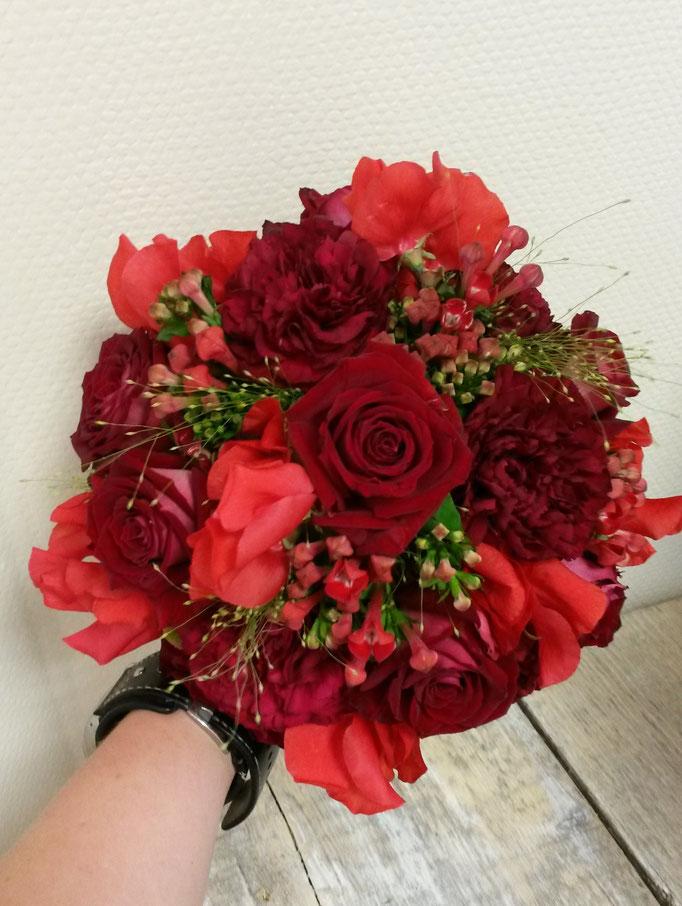 Brautstrauß in verschiedenen rottönen