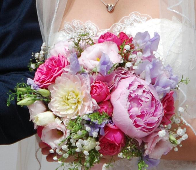 Rundgebundener Brautstrauß
