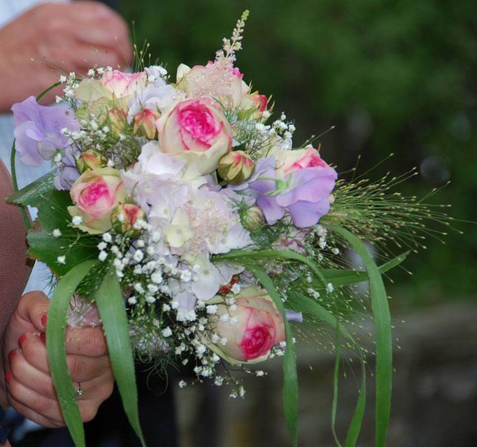 Aufgelockerter Brautstrauß fürs Standesamt