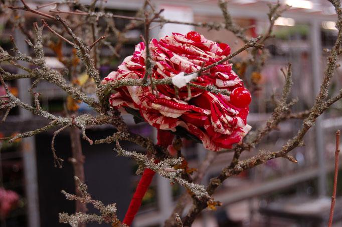 Glamelie, Rosenblätter die angedrahtet werden und zu einer großen Rosen gebunden werden