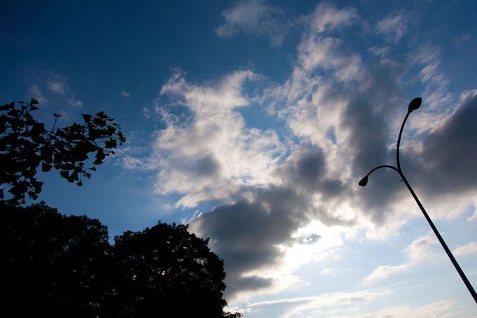 青空とぶつかり合う雲