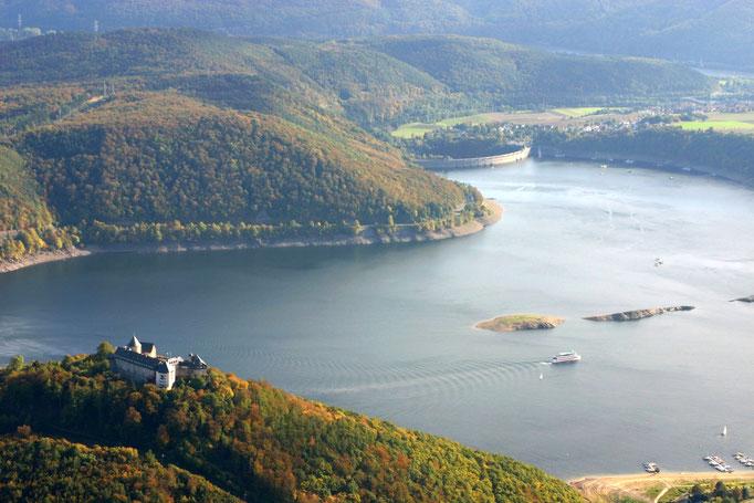 Blick auf die Sperrmauer und Schloss Waldeck