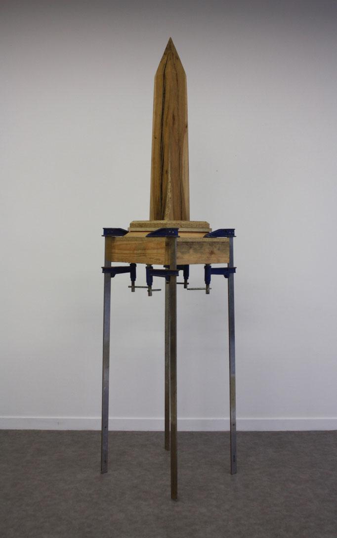 Obelisque, bois et serres-joints, 50x50x210 cm, 2017, courtesy Studio Mustard.